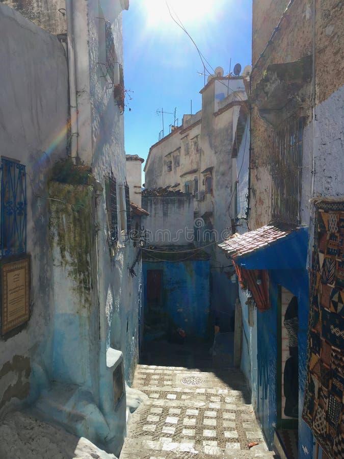Rues serrées de la ville marocaine bleue Chefchaouen photographie stock libre de droits