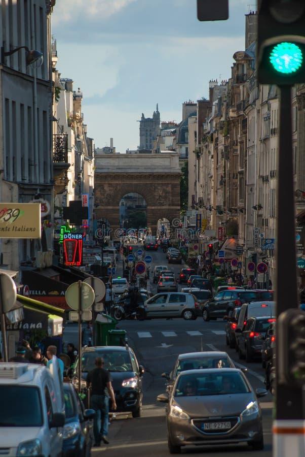 Rues serrées de Paris dans les Frances images stock