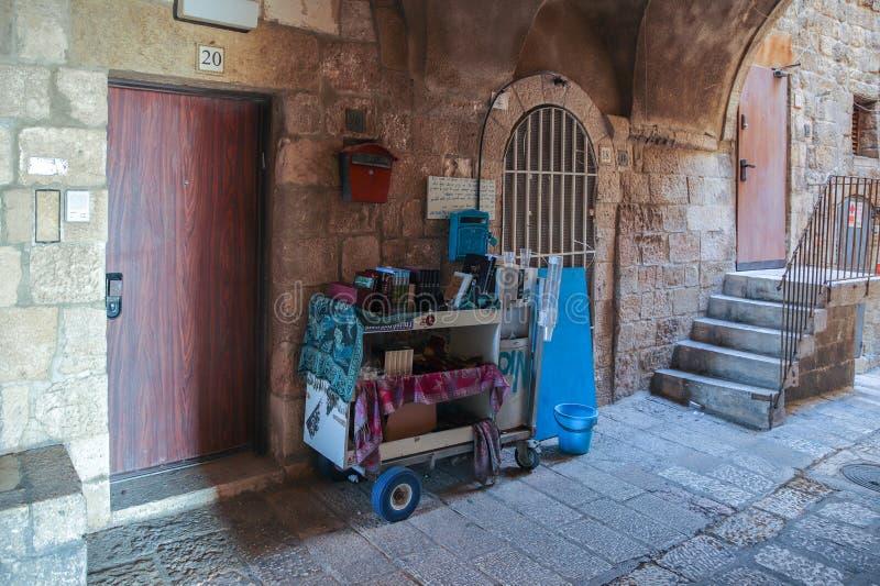 Rues silencieuses de Jérusalem Un chariot avec les supports de livres religieux dans le quart juif près d'un mur dans la vieille  photo stock