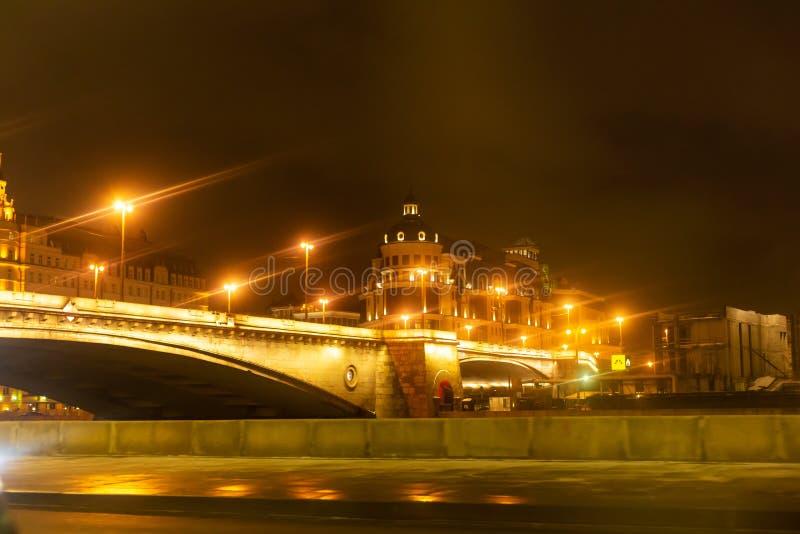 Rues vides de la ville de nuit avec les lanternes jaunes Paysage urbain de nuit, Hall images libres de droits