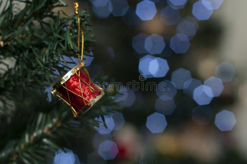 Rufe na árvore com espaço para escrever a mensagem do Natal imagens de stock royalty free