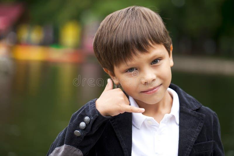 Rufen Sie mich, Little Boy an, das einen Anruf mich Geste macht lizenzfreies stockfoto