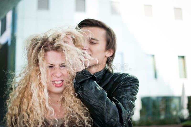 Rufsa hår - par utomhus royaltyfri bild