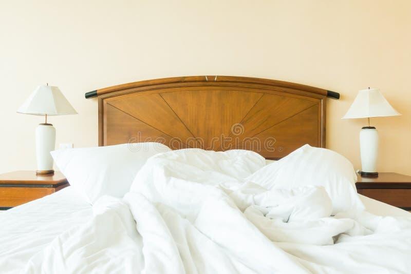 Rufsa till kudden på säng arkivfoto