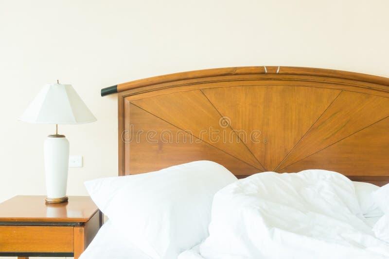 Rufsa till kudden på säng arkivbilder