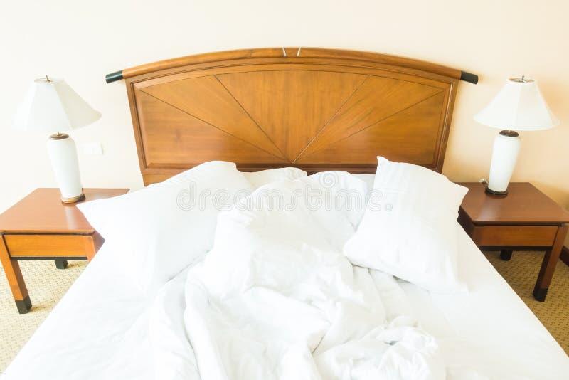 Rufsa till kudden på säng royaltyfri foto