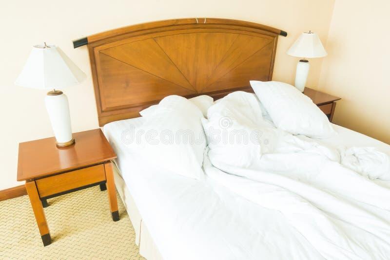 Rufsa till kudden på säng royaltyfria foton