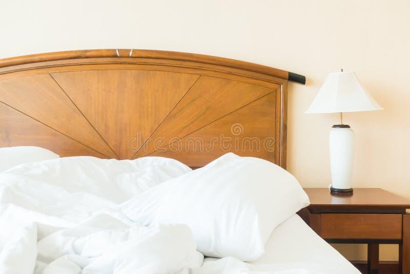 Rufsa till kudden på säng fotografering för bildbyråer