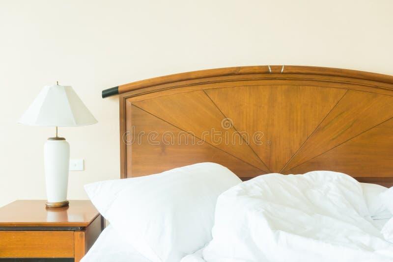 Rufsa till kudden på säng arkivbild