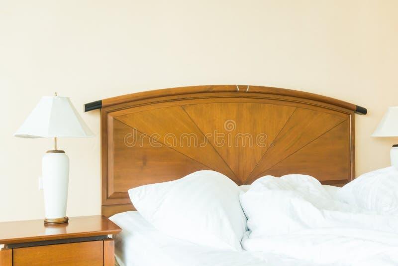 Rufsa till kudden på säng royaltyfria bilder