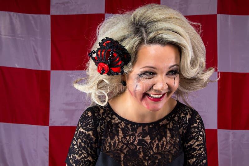 Rufsat skratta kvinnan med smetat smink fotografering för bildbyråer