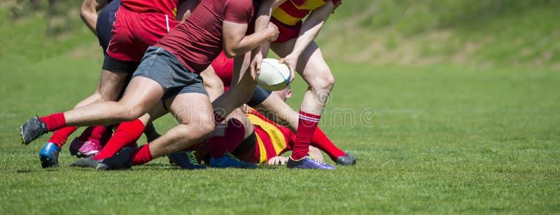 Rugby gracze walczą dla piłki na fachowym rugby stadium obrazy royalty free