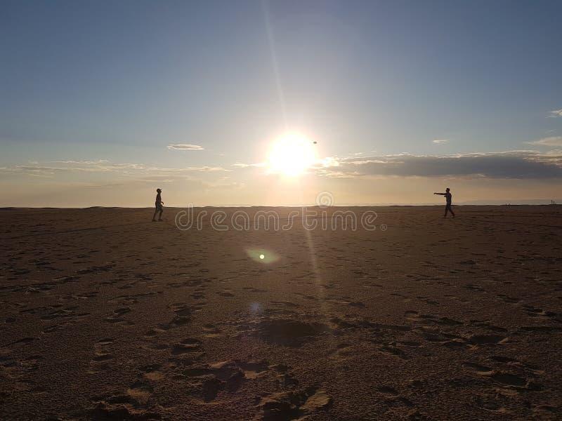 Rugby sur la plage image libre de droits