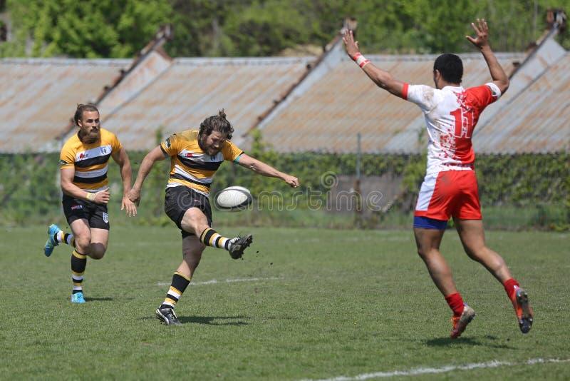 Rugbyaktion - Sprungtritt stockfotos