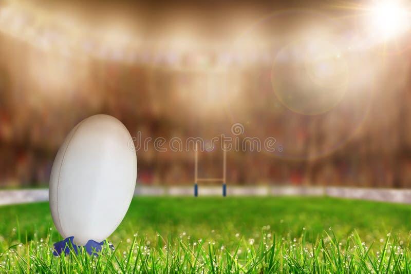 Rugbyball auf T-Stück im Stadion mit Kopien-Raum stockfoto