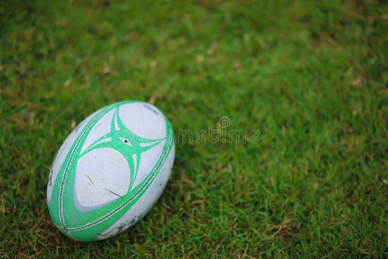 Rugbybollen på fältet som är klart för, sparkar av arkivfoto