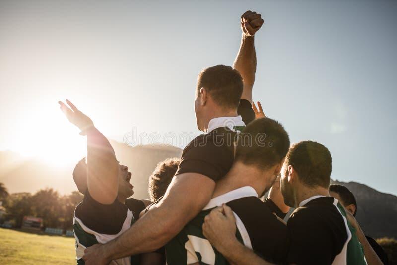 Rugbylag som firar segern royaltyfria foton