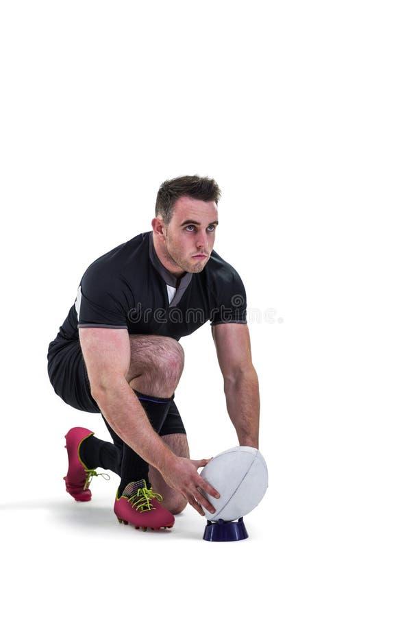 Rugbyspeler die bereid om bal te schoppen worden royalty-vrije stock foto
