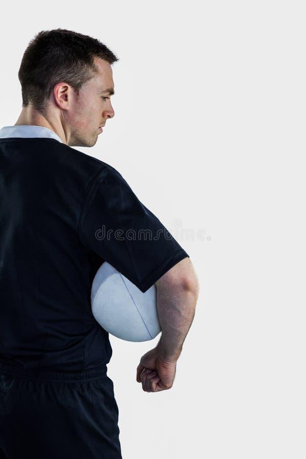 Rugbyspieler, der einen Rugbyball hält stockbilder