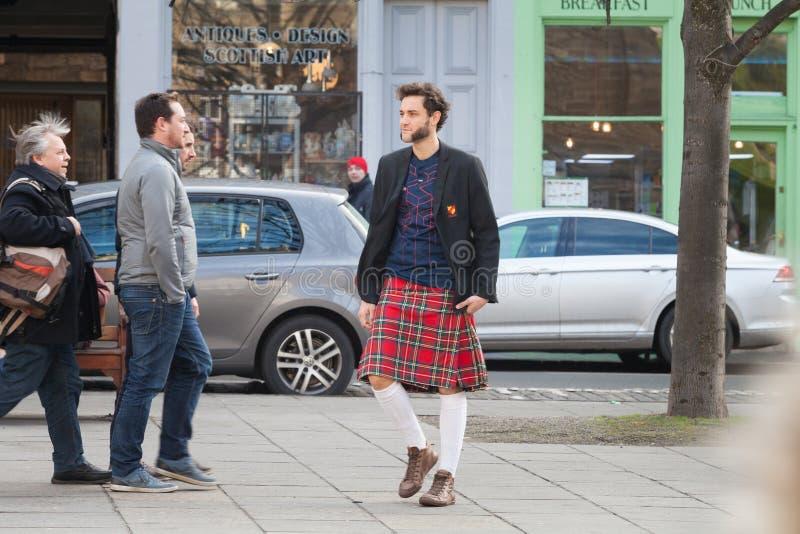 Rugbyverdediger in Edinburgh, Schotland Jonge mens die vóór de rugbygelijke lopen royalty-vrije stock fotografie