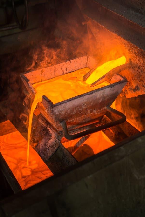 Rugga guld på en fabrik royaltyfri bild
