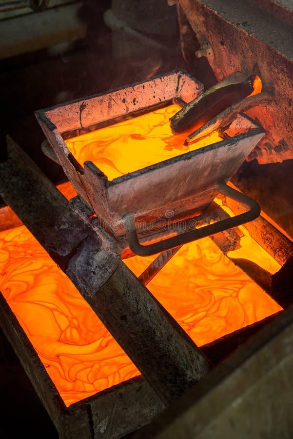 Rugga guld på en fabrik arkivbild