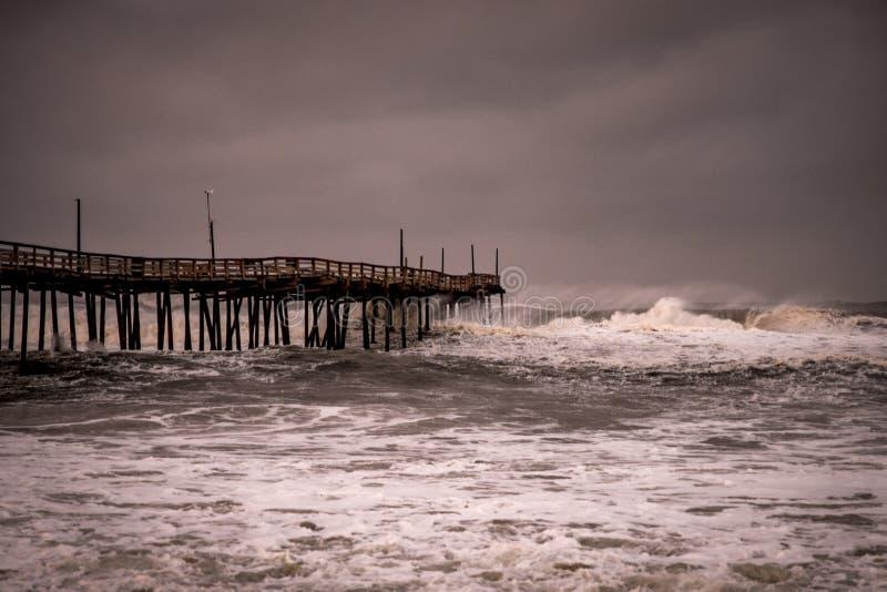 Rugido de las olas oceánicas con huracán a poca distancia de la costa fotos de archivo