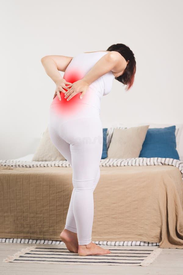 Rugpijn, nierontsteking die, vrouw aan rugpijn thuis lijden stock foto's