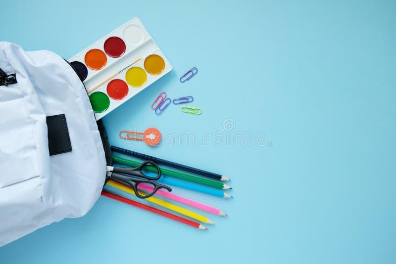 Rugzak met verschillende kleurrijke kantoorbehoeften op lijst royalty-vrije stock fotografie