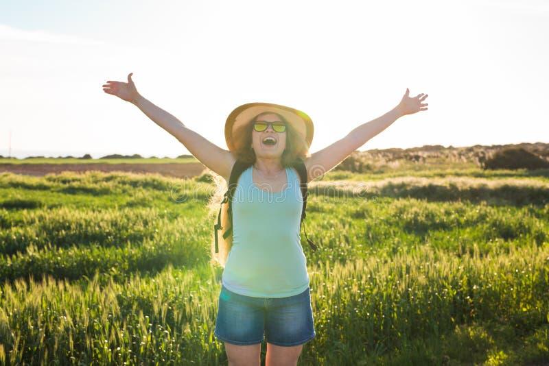 Rugzakreis naar Europees platteland, actieve levensstijl, het actieve concept van de de zomervakantie - Vrouwenreiziger het kijke royalty-vrije stock foto's