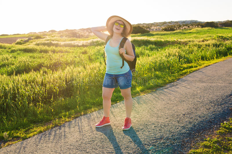 Rugzakreis naar Europees platteland, actieve levensstijl, het actieve concept van de de zomervakantie - Vrouwenreiziger het kijke royalty-vrije stock fotografie