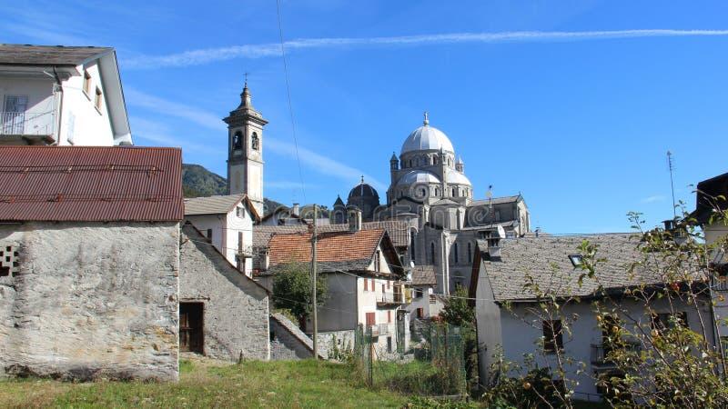 ruhe Redorf und alte Dorf-Kirche in der Sommerzeit lizenzfreie stockbilder
