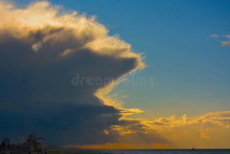 Ruhe vor dem Sturm an einem fast leeren Strand lizenzfreies stockbild