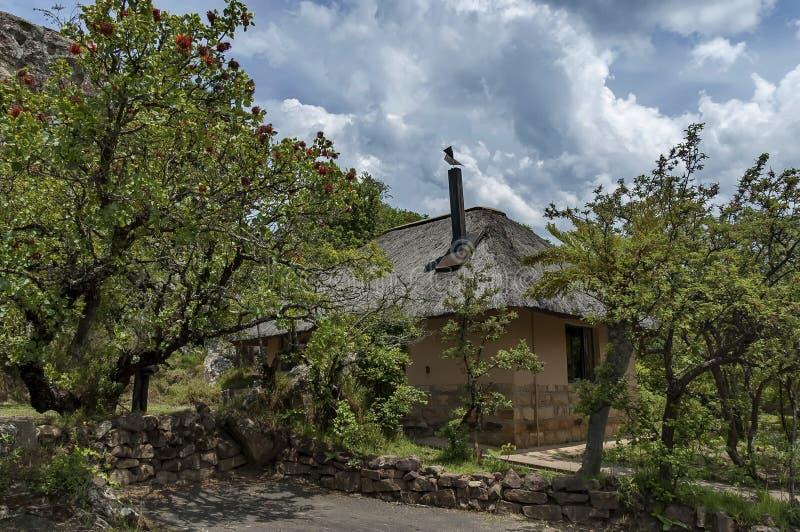 Ruhen Sie sich Haus mit mit Stroh decken Dach im Kwazulu Natal Naturreservat aus lizenzfreies stockfoto