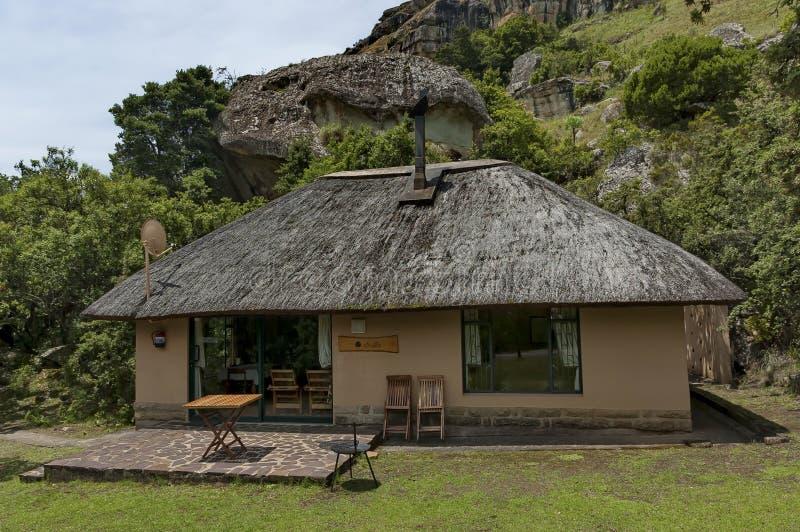 Ruhen Sie sich Haus mit mit Stroh decken Dach im Kwazulu Natal Naturreservat aus lizenzfreie stockfotos