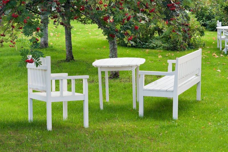 Ruheplatz im Garten stockbilder