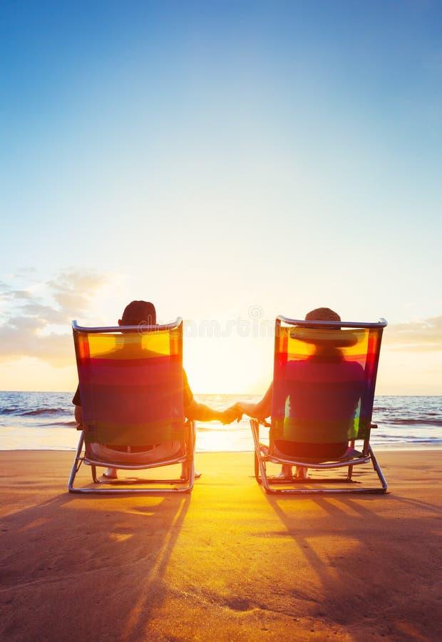 Ruhestands-Ferien-Konzept, reifes Coupé, das den Sonnenuntergang aufpasst lizenzfreie stockfotografie