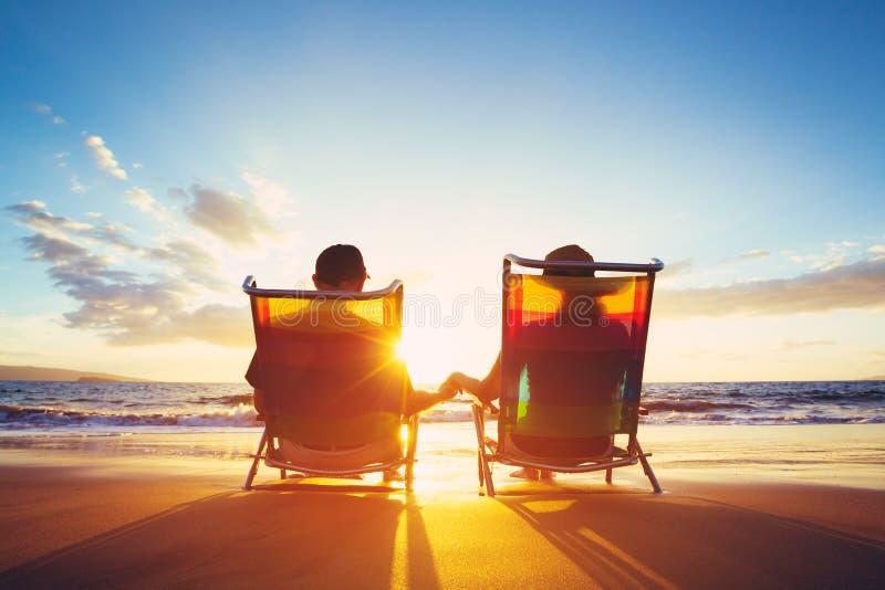 Ruhestands-Ferien-Konzept, reifes Coupé, das den Sonnenuntergang aufpasst lizenzfreies stockbild