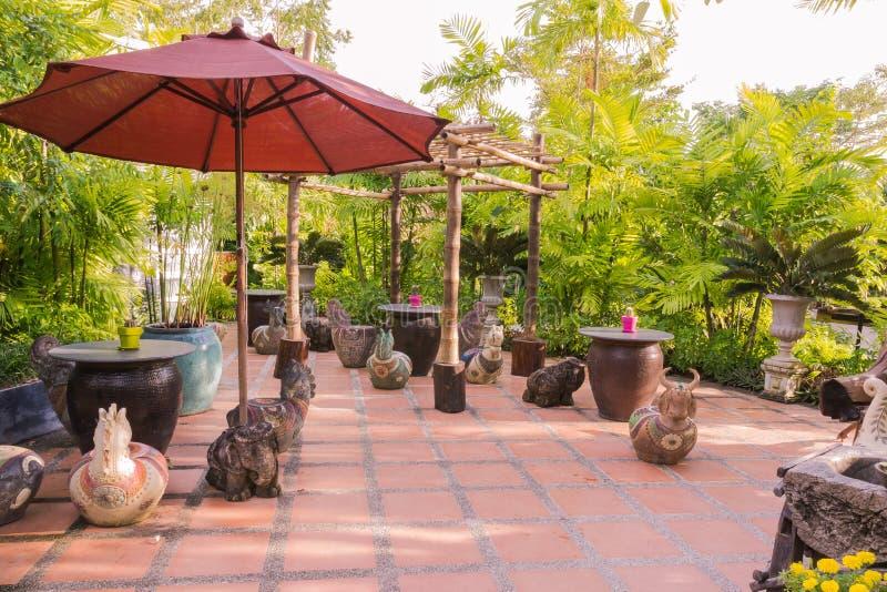 Ruhezone im Garten stockfotos