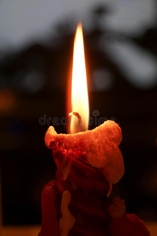 Ruhig brennende Kerze auf der festlichen Tabelle stockfotografie