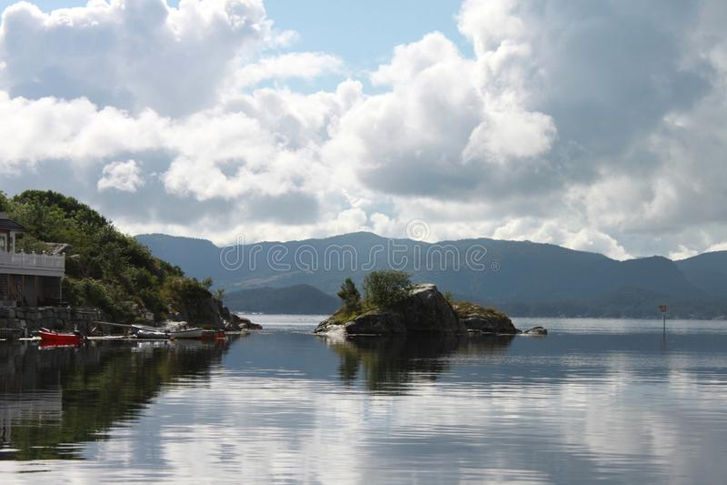 Ruhige Bucht im Fjord lizenzfreie stockfotografie