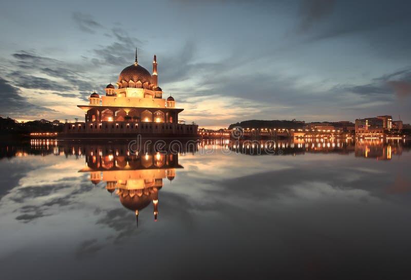 Ruhige Dämmerung an Putra-Moschee stockfotos