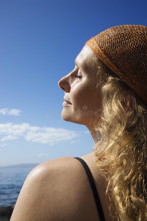 Ruhige Frau an der Küste. lizenzfreies stockbild