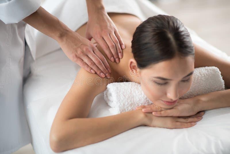 Ruhige Frau, die Behandlung in der Wellnessmitte genießt lizenzfreie stockfotografie