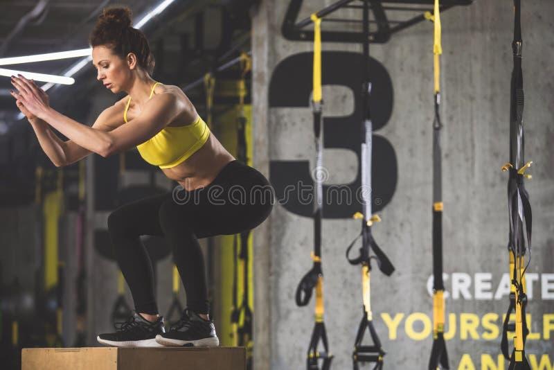 Ruhige Frau, die körperliche Bewegung macht stockbilder