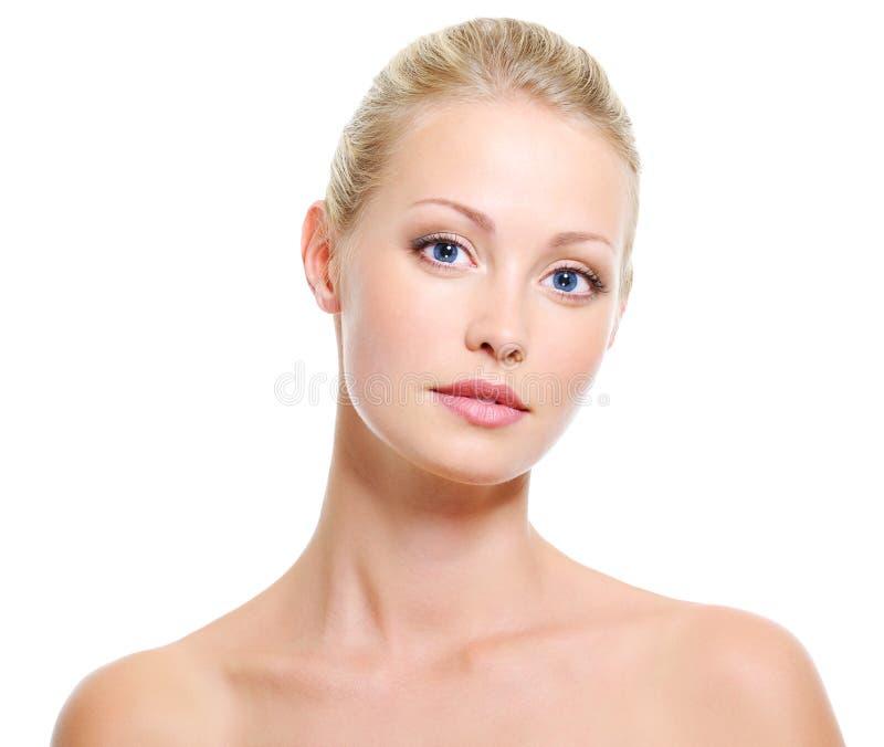 Ruhige Frau mit gesunder Haut und Schönheit stockfoto