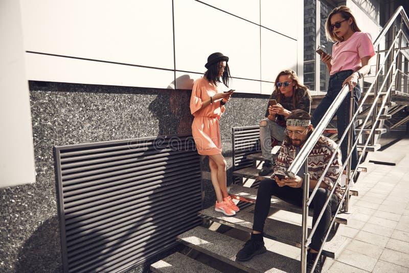 Ruhige Frauen und Männer unter Verwendung der Mobiles stockbilder