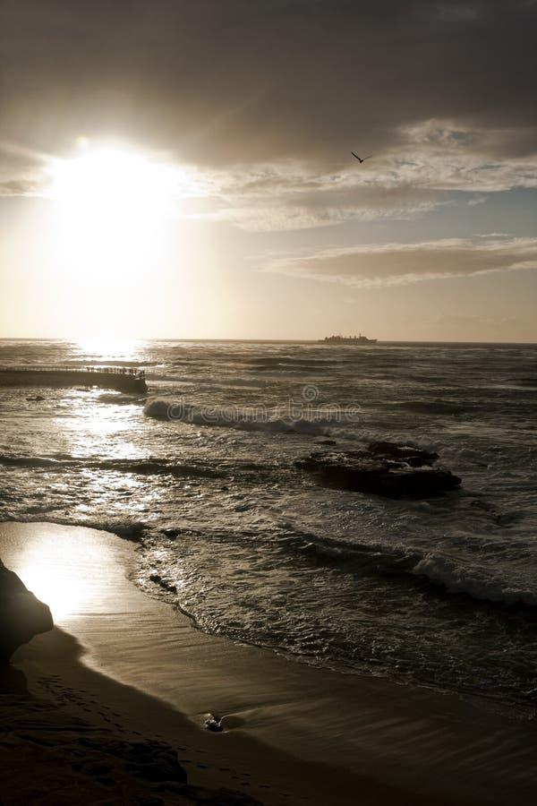 Ruhige Kalifornien-Küstenlinie während eines Sonnenuntergangs lizenzfreie stockbilder