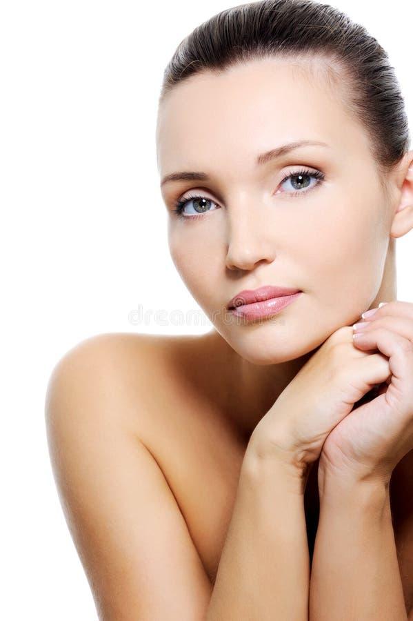 Ruhige kaukasische Frau der Schönheit mit Reinheithaut lizenzfreie stockfotos