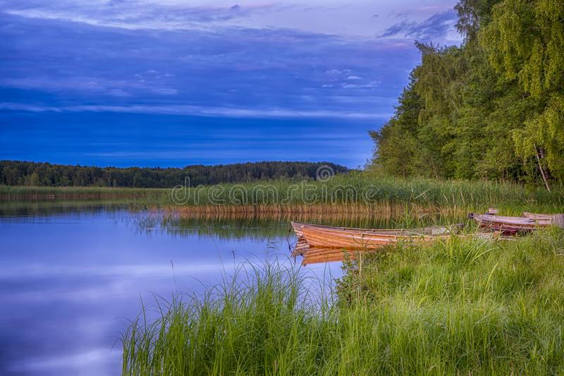 Ruhige malerische Landschaft des Strusto Sees mit hölzernen Booten am Vordergrund See ist ein Teil nationale Braslav Seen Natur stockfotografie